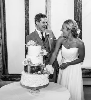 Bride and groom cutting the cake © Mia Photography