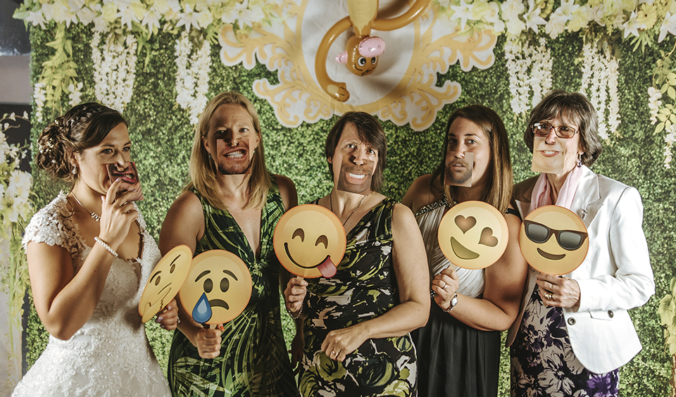 Guests have fun in the wedding photobooth – wedding ideas